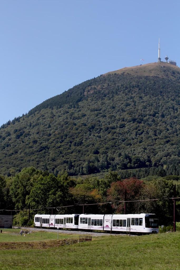 Puy-de-dome depuis la vallée avec le Panoramique des domes