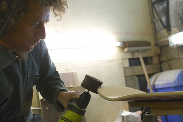 Eric de Bordza fabrique une board dans son atelier